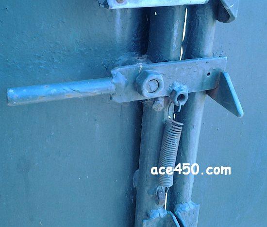 Простейшая защелка на калитку или ворота. Как это сделать самому за полчаса