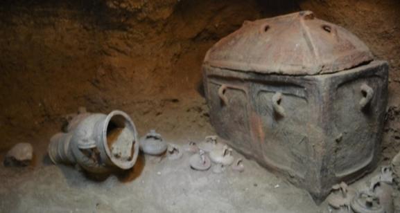 В Греции фермер случайно нашел старинную гробницу
