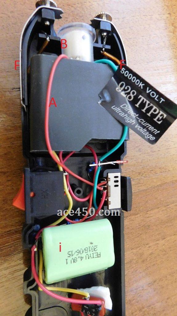 Конструкция электрошокера. А - умножитель напряжения, B - светодиод фонарика, С - выключатель питания электрошокера, D- включение режима шокер, i аккумулятор питания электрошокера, f пластины антизахвата