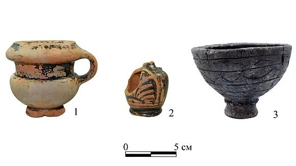 Vessels from the burial. 1 - black lacquer one-handed kanfar; 2 - black lacquer ariballic lekif with red-figured palmette; 3 - stucco incense burner.