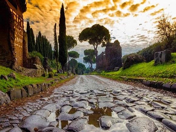 Мощеная Аппиева дорога в Италии - классический пример строительства дорог в Римской империи