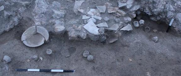 На втором этаже храма было пять комнат. В одной из них были найдены фрагменты нескольких сосудов.