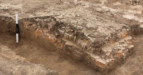 Один из восьми глиняных алтарей, найденный в храме.