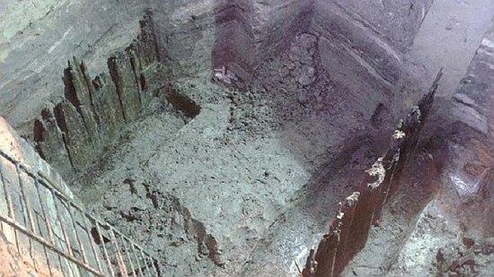 Археологи приступили к раскопкам, и под верхним слоем (пристанью XVII-XIXвеков) обнаружили старые частоколы и срубы, которые, по мнению ученых, являются улицей Древнего Киева XI-XIIIстолетий.